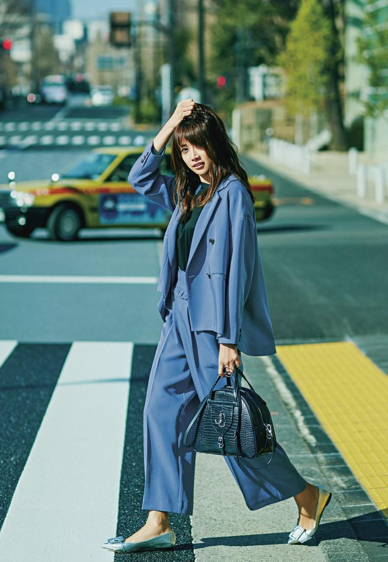 【1】ブルージャケット×黒Tシャツ×ブルーパンツ