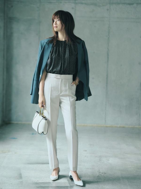 【6】青ジャケット×水玉ブラウス×白パンツ