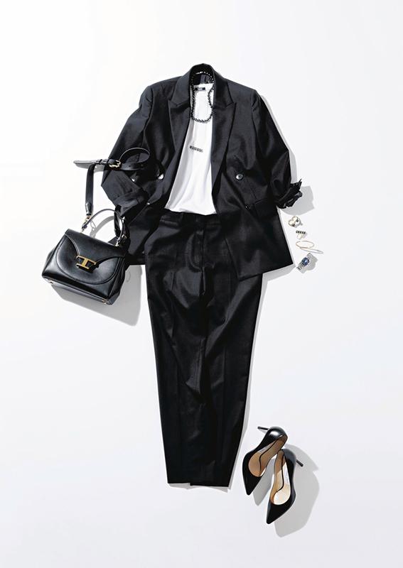 【1】黒ジャケットのアウター×白Tシャツ×黒パンツ