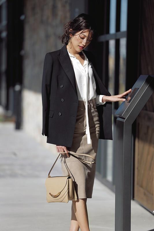 【2】黒ジャケット×オフィス向けの白リボンブラウス×ベージュスカート