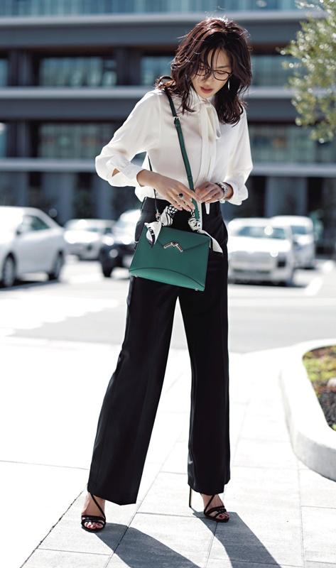 【1】オフィス向けの白リボンブラウス×黒パンツ