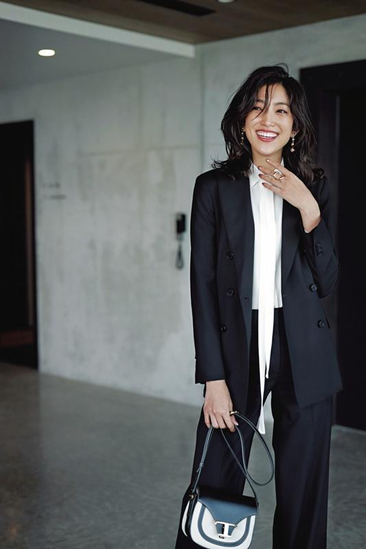【6】黒ジャケット×白ブラウス×黒パンツ