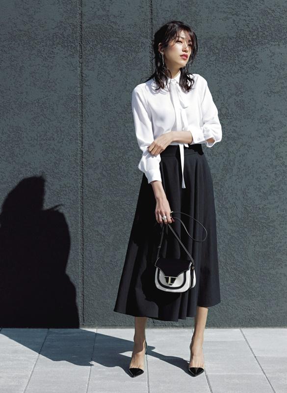 【3】オフィス向けの白リボンブラウス×黒スカート