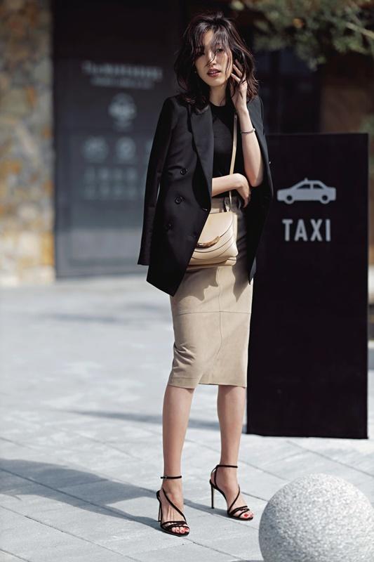 【6】黒ジャケット×黒ニット×ベージュタイトスカート