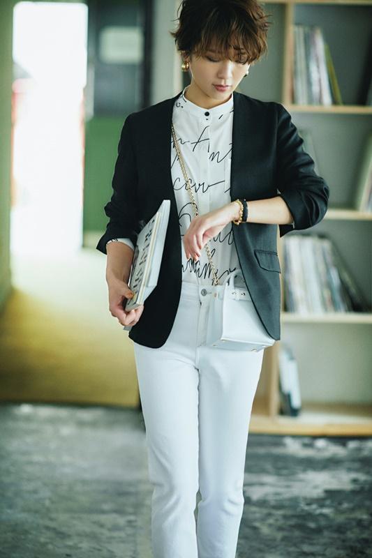 【1】黒ジャケット×白ブラウス×白パンツのモードファッションコーデ