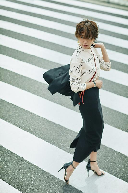 【4】黒ジャケット×白ブラウス×黒スカート