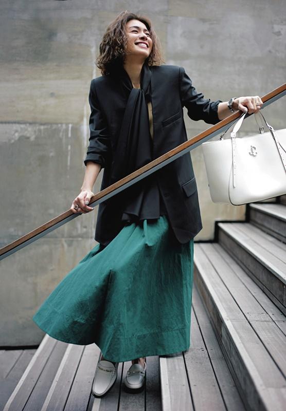 【5】黒ジャケット×キャメル色ニット×緑スカート