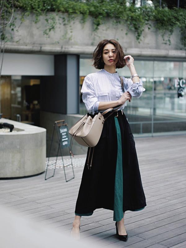 【1】「柄×カラー」で圧倒的着痩せ効果!ストライプシャツ×オーバースカート