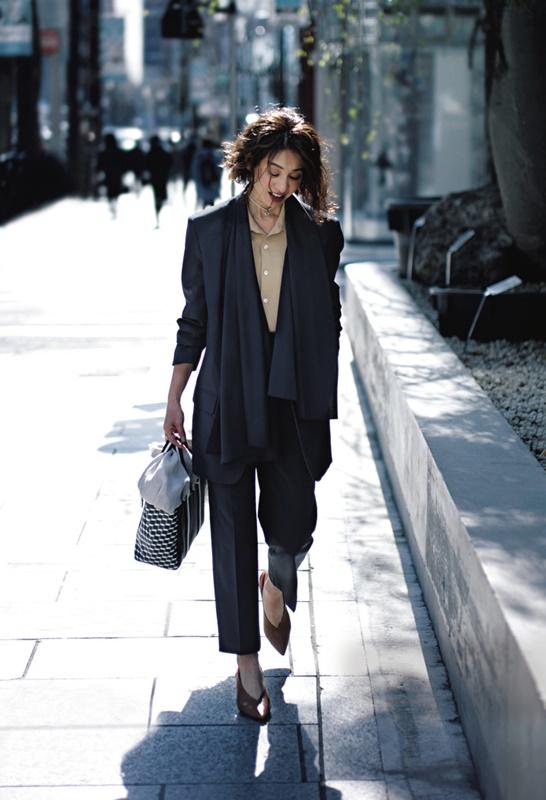 【3】黒ジャケット×キャメル色ニット×黒パンツ