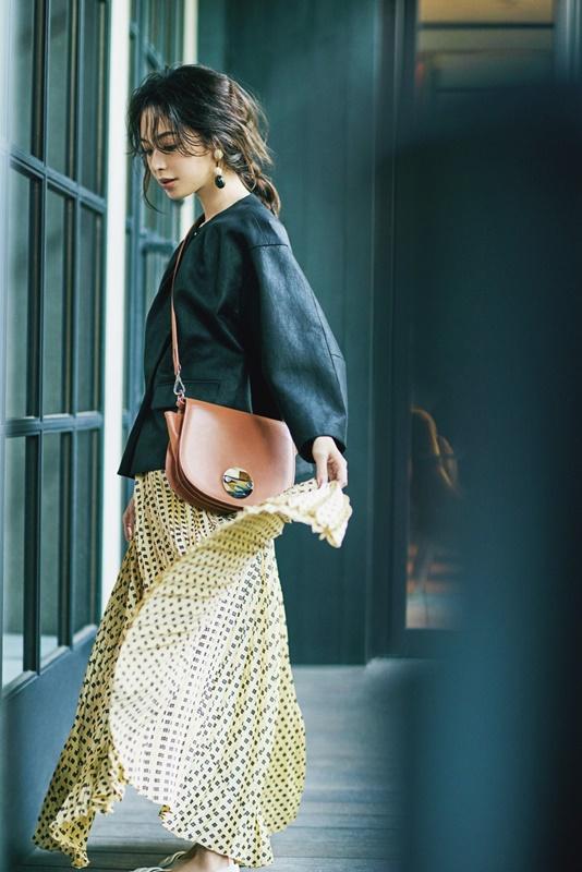 【8】黒ジャケット×黄色プリーツスカート