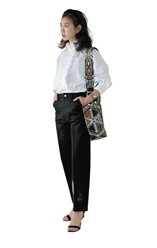 【4】白ブラウス×黒パンツ×ネイティブ柄バッグのモードファッションコーデ