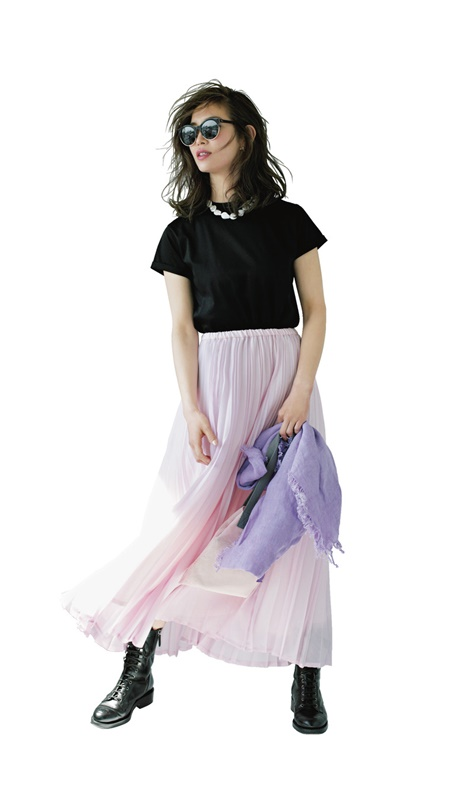【1】黒Tシャツ×ピンクチュールスカート×黒ブーツ
