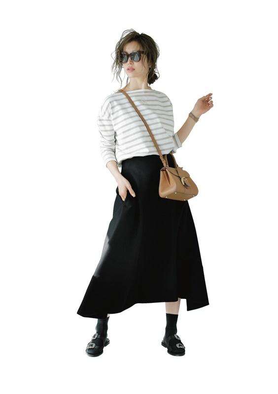 【3】ボーダーカットソー×黒スカート×黒サンダル