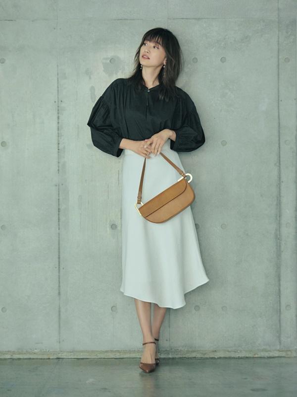 【2】黒ブラウス×白フレアスカート