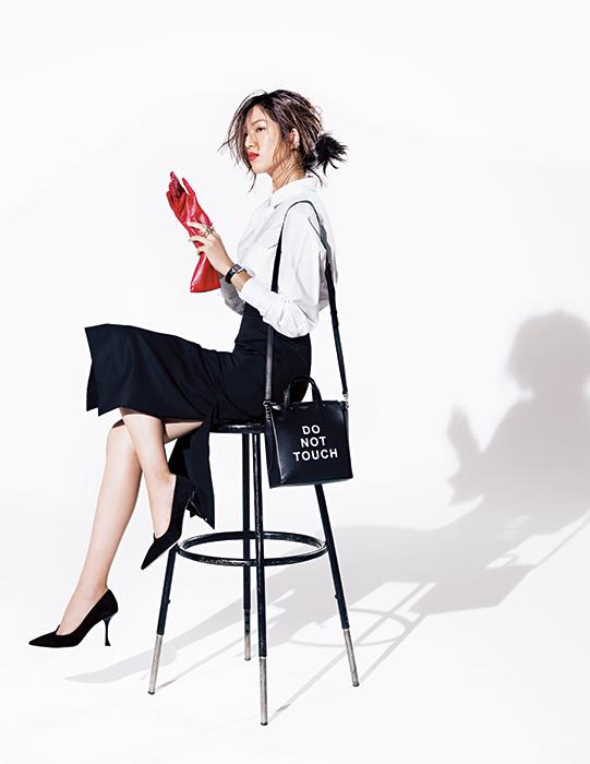 オフィス向けの白シャツイン×黒スカート