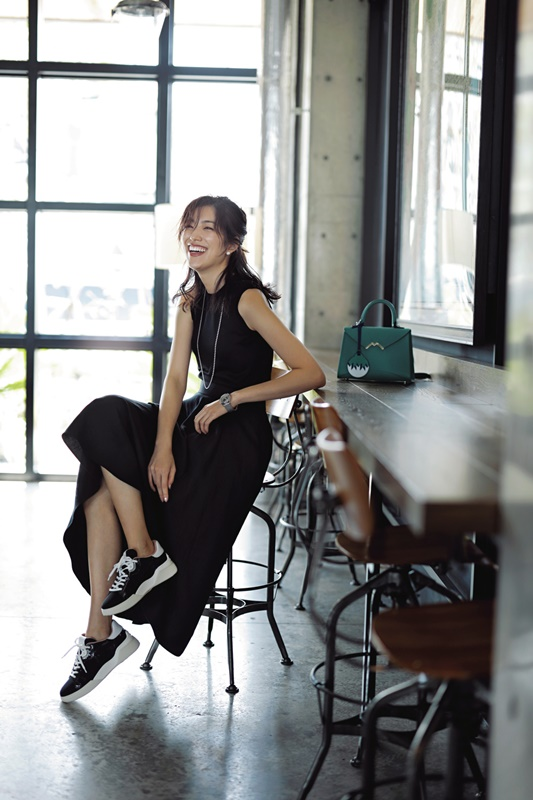 春 夏 コーディネート 人気 Domani6/7月号 ランキング ブラックコーデ ワンピース スニーカー ママ