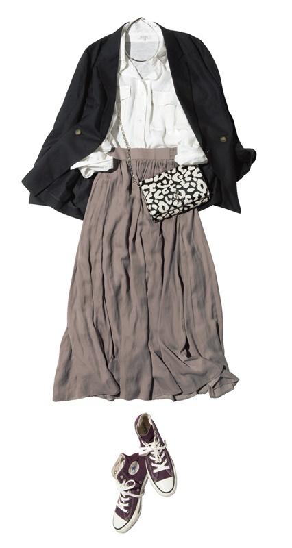 【1】黒ジャケット×白シャツ×ベージュスカート