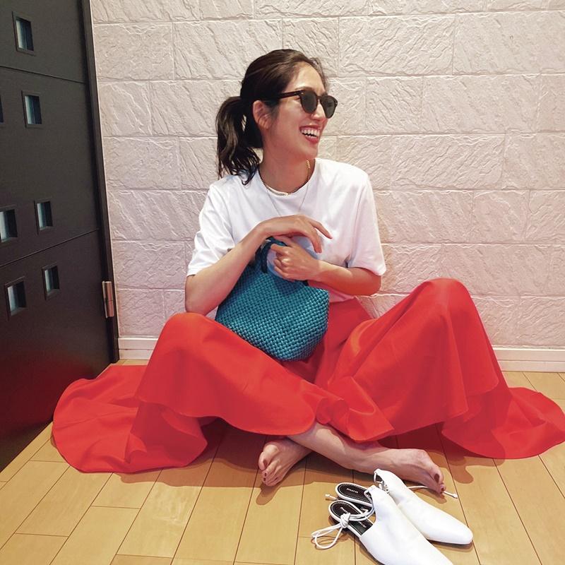 【2】オレンジスカート×エイトンの白Tシャツ