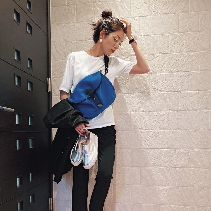 【2】黒ジャケット×白Tシャツ×黒パンツ