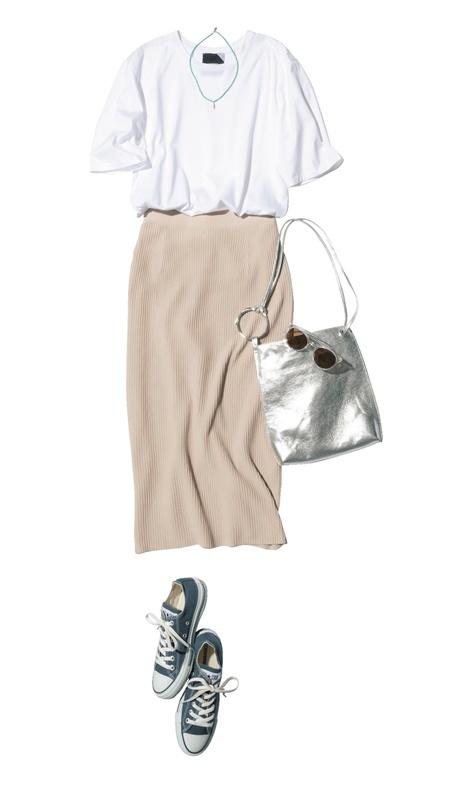 【5】白Tシャツ×ベージュタイトスカート×スニーカー