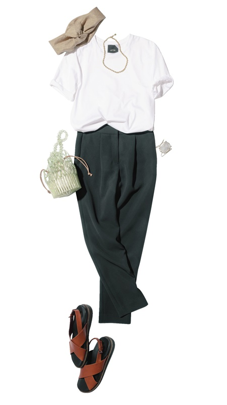【4】白Tシャツ×黒パンツ×茶色サンダル