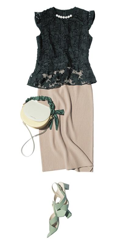 【1】黒ブラウス×ベージュタイトスカート