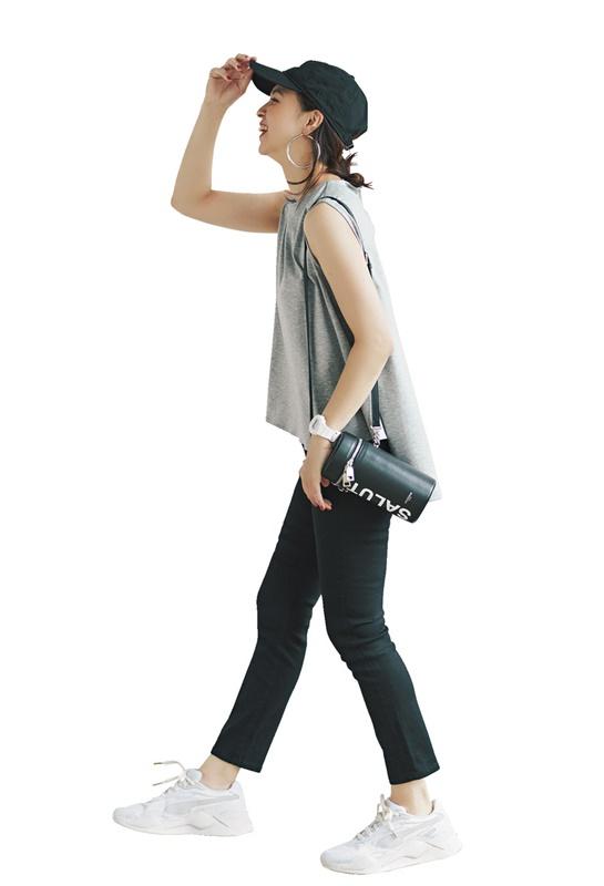 【2】グレーTシャツ×黒パンツ×白スニーカー