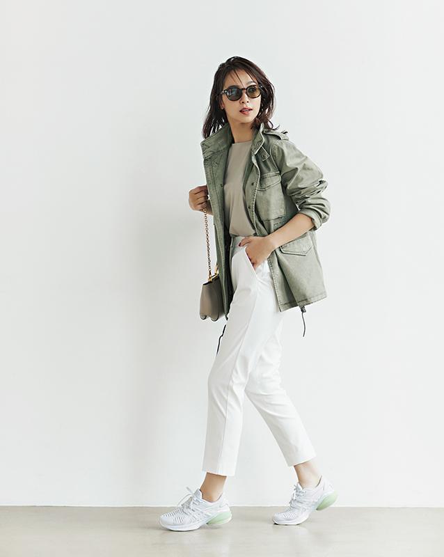 【1】ベージュブラウス×白パンツ×ミリタリージャケット