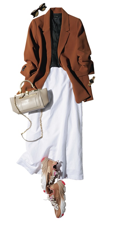 【1】茶色ジャケット×黒ブラウス×白フレアスカート