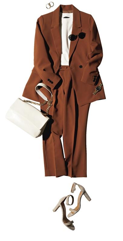 【1】白ニット×テラコッタ色ジャケットとパンツのセットアップ×サンダル