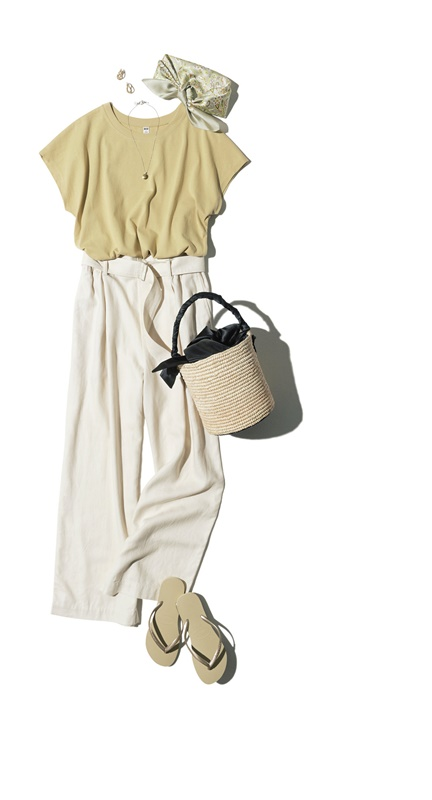 【3】ベージュTシャツ×白パンツ×サンダル