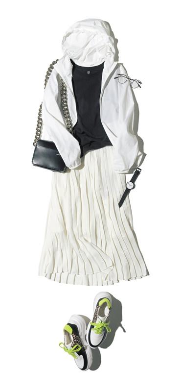 【1】白ブルゾン×黒Tシャツ×白プリーツスカート