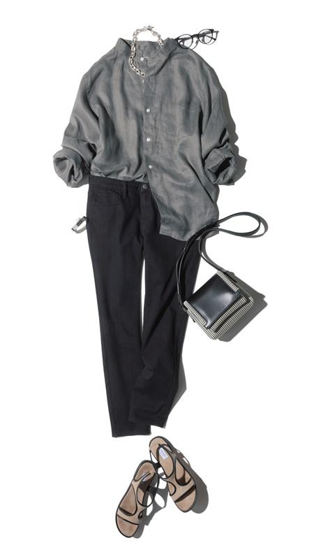 【7】グレーシャツ×黒パンツ×サンダル