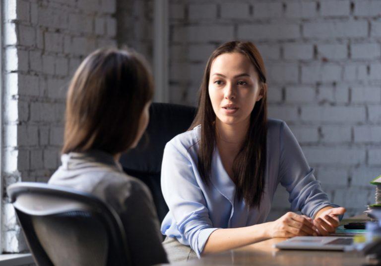 人の話を聞かない人 悩み 悩む 悩まされる アンケート タイプ 性格 特徴 関わり方 付き合い方 対処法 話を聞く