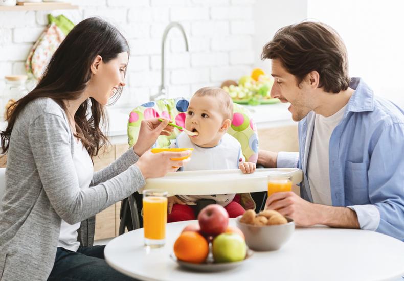 赤ちゃん イス 椅子 いつから メリット 種類 選び方 ポイント ハイタイプ ロータイプ テーブルチェア お風呂 バスチェア