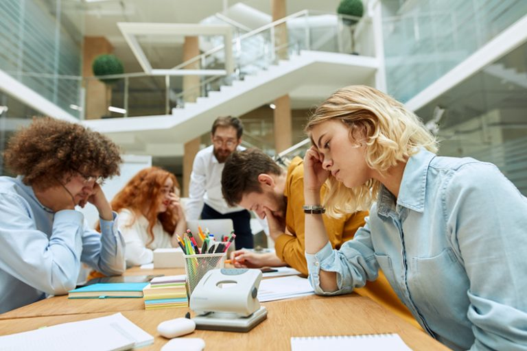 仕事が出来る人 仕事の仕方 働き方 考え方 習慣 机 デスクがきれい 特徴 性格 ポイント 仕事が出来ない人 受け身