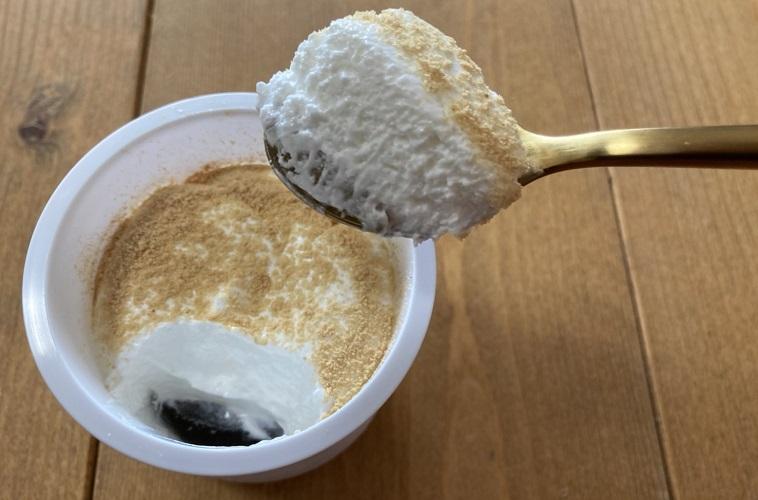 ファミリーマート ファミマスイーツ とろけるクリームわらび餅 ホイップクリーム 黒みつ 洋風