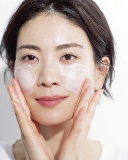 肌 くすみ 原因 改善 治したい 治す方法 生活習慣 食事 運動 マッサージ コスメ ケアアイテム スキンケア