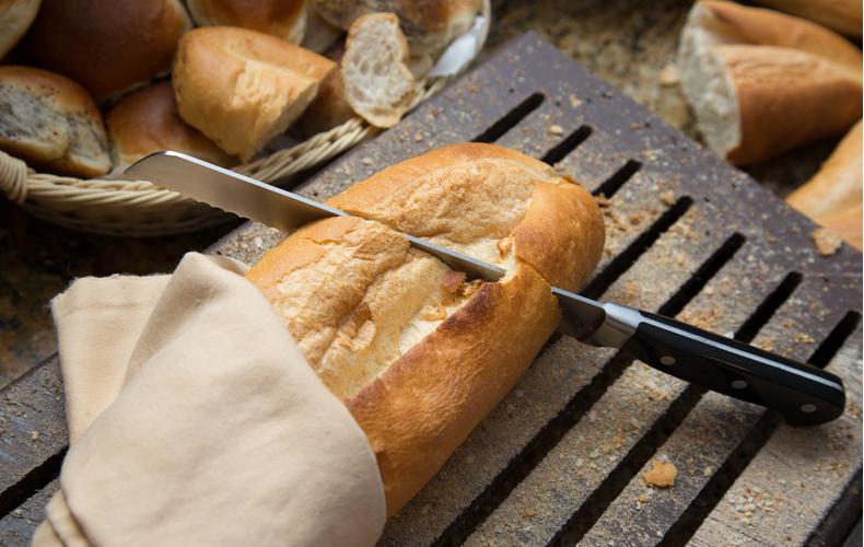パン切り包丁 選び方 ポイント コツ メーカー おすすめ 万能タイプ 波刃 平刃 ハイブリッド 硬いパン 柔らかいパン 機能 デザイン おしゃれ 電動 お手入れ方法