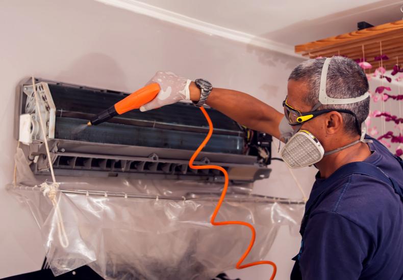 エアコン 臭い 臭う なぜ 原因 カビ発生 カビ繁殖の原因  環境 室内機 室外機 カビ除去方法 対処法 掃除方法 ルーバー 吹き出し口 送風 温度 予防 対策 業者