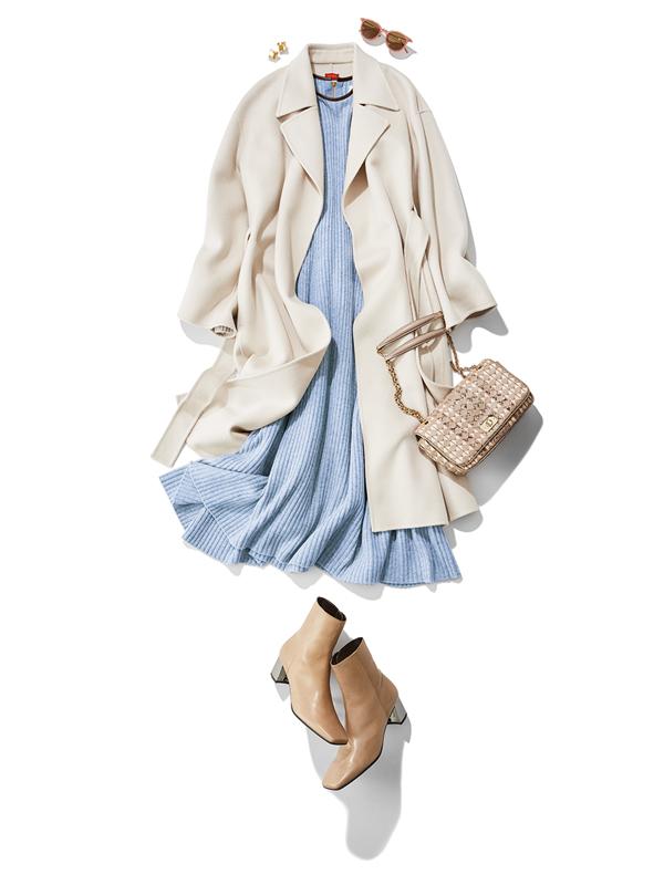 【3】白コート×水色ニットワンピース×ベージュショートブーツ