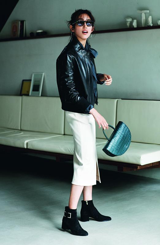 【4】黒ジャケット×黒ブラウス×白スカート