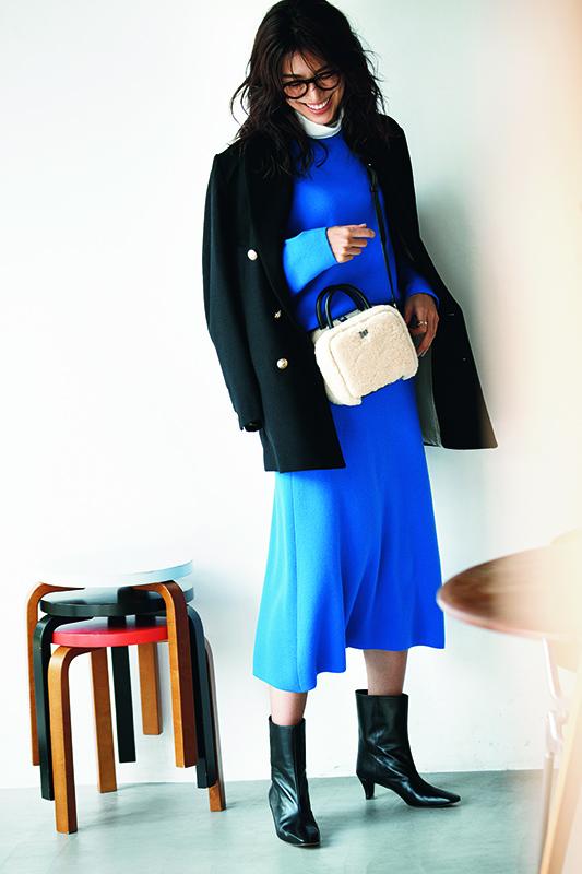 【2】黒ジャケット×青ニット×スカートのニットアップ×黒ショートブーツ