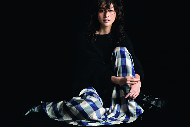 【6】黒ニット×チェック柄スカート