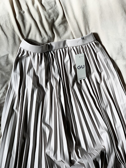 GU フェイクレザープリーツスカート