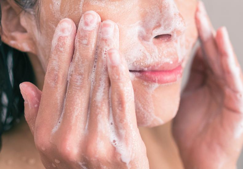 ピーリングとは肌の基礎知識角質除去洗顔しながらできる石鹸タイプボロボロマッサージタイプ美容液タイプ肌トラブル対策注意点気をつけたいこと