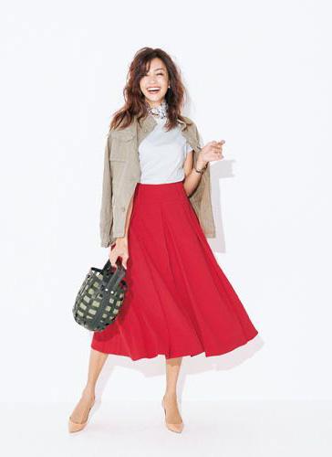 【2】グレーTシャツ×赤フレアスカート×ミリタリージャケット