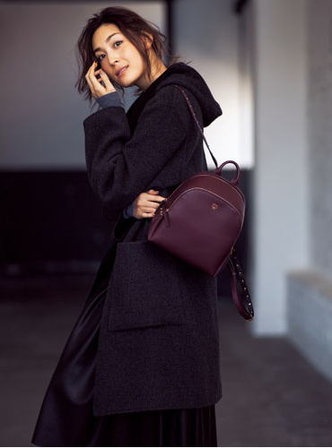 【5】黒コート×グレーニット×黒スカート×小さめママリュック