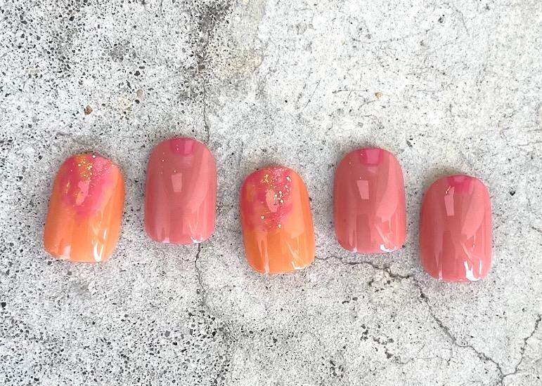 ピンク×オレンジのランダムカラーネイル