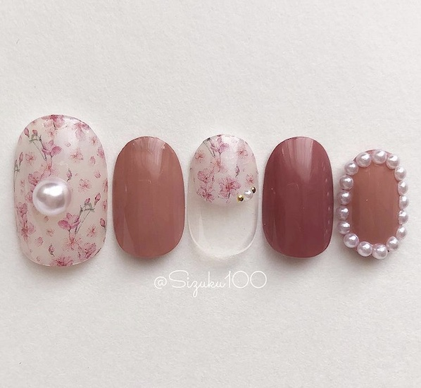 小花柄が愛らしい桜ネイル